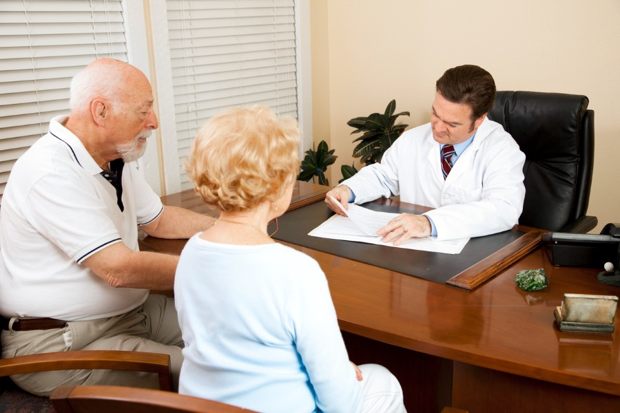 senior_couple_with_doctor